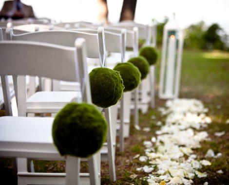 weiße Stühle Blumenkugeln